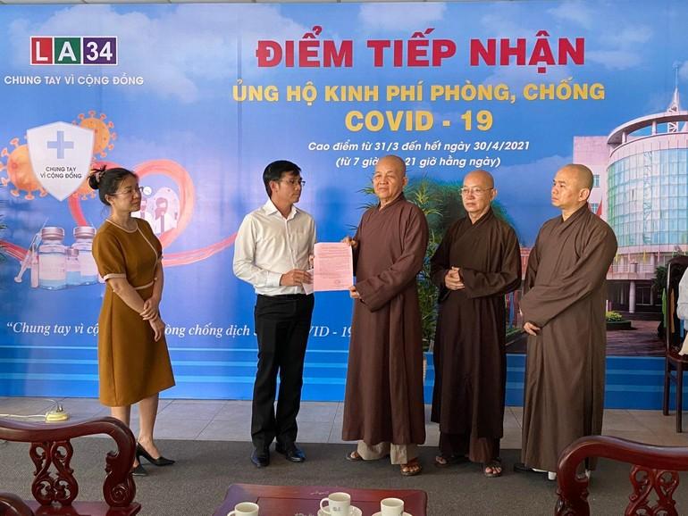 Hòa thượng Thích Minh Thiện nhận thư cảm ơn từ Giám đốc Đài Phát thanh và Truyền hình tỉnh Long An - Ảnh: An Tường