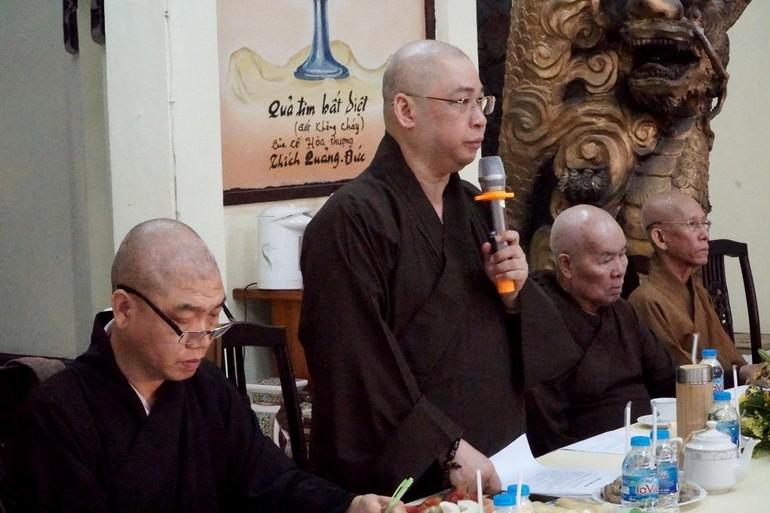 Thượng tọa Thích Minh Nhật phát biểu khai mạc tại buổi họp của Ban Trị sự quận Phú Nhuận