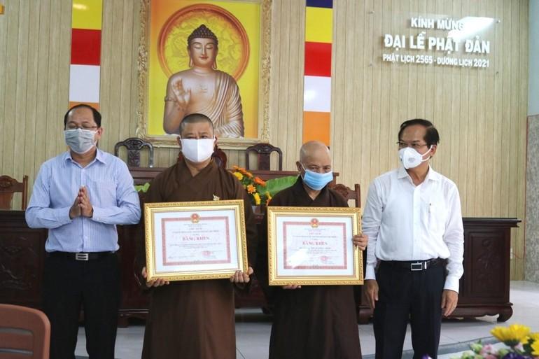 Trao Bằng khen của Chủ tịch Ủy ban Nhân dân TP.HCM đến Ban Trị sự Phật giáo huyện và Hòa thượng Thích Thiện Minh - Ảnh: Q.Thiện
