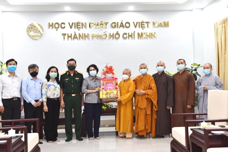 Đoàn ứng cử đại biểu Quốc hội khóa XV của thành phố tặng quà đến Hội đồng Điều hành học viện tại TP.HCM - Ảnh: Ngộ Trí Thuận