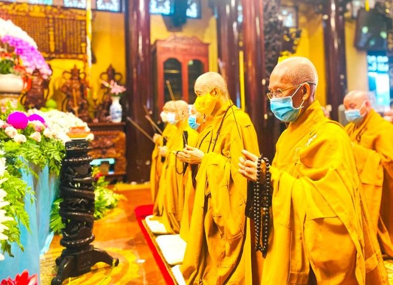 Chư tôn đức Ban Chứng minh và Ban Trị sự niệm hương khai hạ - Ảnh: Ban TT-TT Phật giáo quận Phú Nhuận