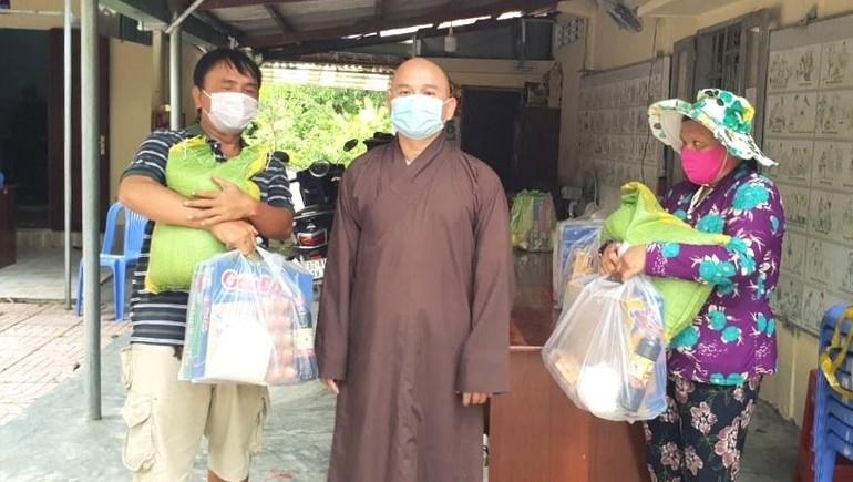 Đại đức Thích Lệ Ngôn tặng quà cho các hoàn cảnh khó khăn tại thành phố Tân An - Ảnh: Ân Thọ