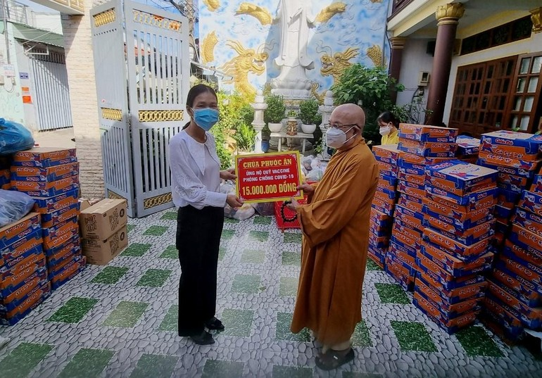 Hòa thượng trụ trì trao quỹ vắc - xin phòng Covid-19 đến cính quyền địa phương - Ảnh: Phúc Quang