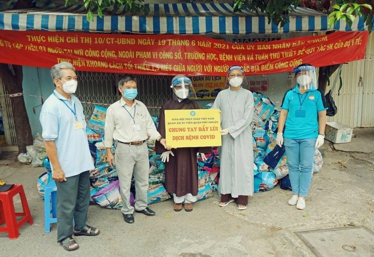 Sư cô Thích nữ Huệ Đức trao quà tài trợ đến Ban Trị sự Phật giáo quận Tân Bình - Ảnh: HĐ