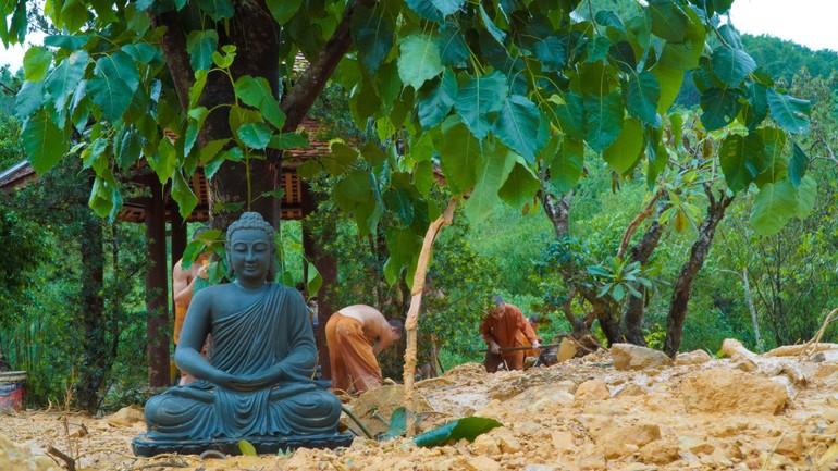 Quý sư chùa Huyền Không Sơn Thượng dọn lại chùa sau lũ bùn làm hư hại cảnh quang - Ảnh: HKST