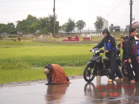 Đại đức Thích Tâm Mẫn hành trì nhất bộ nhất bái bất chấp mưa gió tại Hà Tĩnh