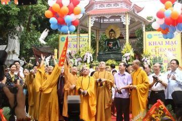 Thả bóng bay cầu nguyện hòa bình trước tôn tượng tại lễ an vị - Ảnh: T.B.C