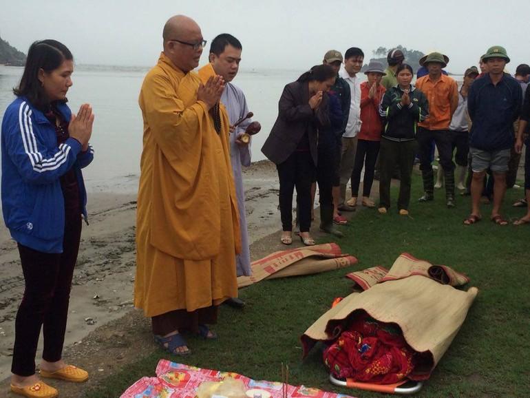 Nghi thức cầu siêu cho ngư dân Trần Quang Lánh ngay khi đưa thi thể anh vào bở