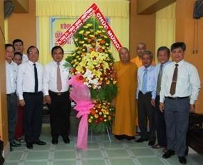 Đoàn tặng hoa chúc mừng Phật đản tới BTS PG tỉnh Tiền Giang - Ảnh: Hữu Đức
