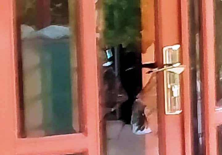 3 kẻ gian đã phá cửa kính nơi cô Q. trốn, đánh đập và giở trò đồi bại với tiểu Ni 19 tuổi