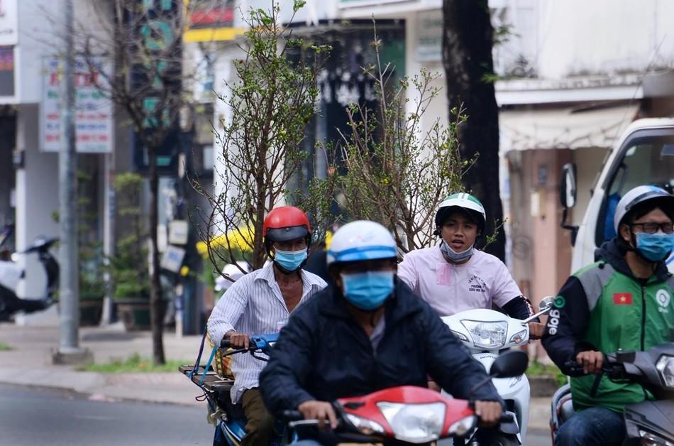 [Phóng sự ảnh] Người dân TP.HCM đón Tết Tân Sửu trong tình hình có nhiều ca mới Covid-19 cộng đồng ảnh 9