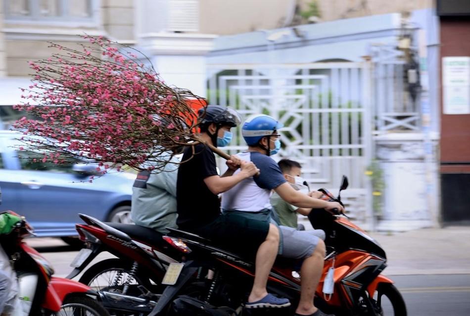 [Phóng sự ảnh] Người dân TP.HCM đón Tết Tân Sửu trong tình hình có nhiều ca mới Covid-19 cộng đồng ảnh 10