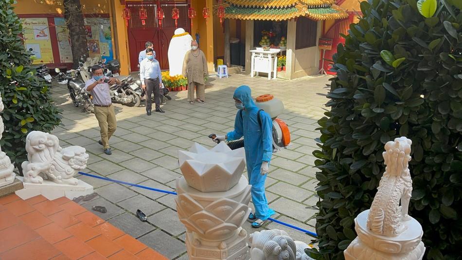 Phun thuốc khử khuẩn toàn bộ khuôn viên chùa Viên Giác (quận Tân Bình) ảnh 4
