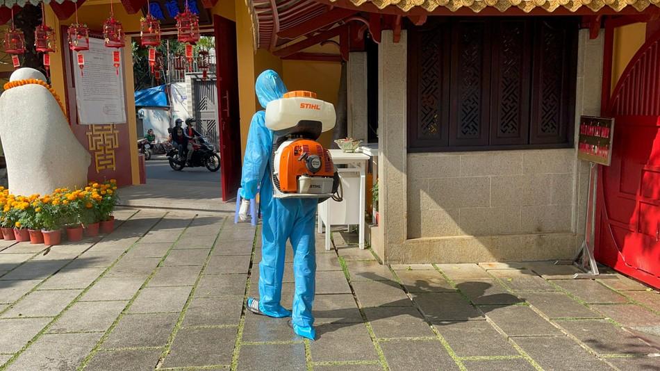 Phun thuốc khử khuẩn toàn bộ khuôn viên chùa Viên Giác (quận Tân Bình) ảnh 3