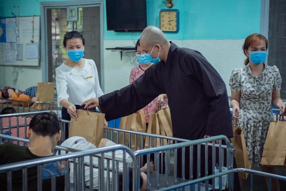 Năm mới, chùa Minh Đạo trao yêu thương đến người kém may mắn ảnh 1
